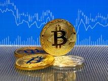 Χρυσά και ασημένια νομίσματα bitcoin στο μπλε αφηρημένο υπόβαθρο χρηματοδότησης Cryptocurrency Bitcoin Στοκ Εικόνες