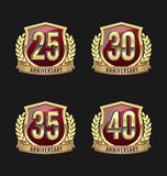 Χρυσά και κόκκινα 25α, 30α, 35α, 40α έτη διακριτικών επετείου Στοκ εικόνα με δικαίωμα ελεύθερης χρήσης