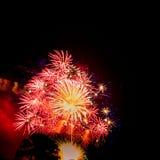 Χρυσά και κόκκινα μεγάλα burstSpectacular πυροτεχνήματα Στοκ Εικόνα