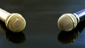 Χρυσά και μαύρα μικρόφωνα στο μαύρο υπόβαθρο στοκ εικόνα με δικαίωμα ελεύθερης χρήσης