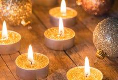 Χρυσά κεριά εμφάνισης με τις ακτινοβολώντας σφαίρες Χριστουγέννων στοκ φωτογραφία με δικαίωμα ελεύθερης χρήσης