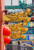 Χρυσά κεφάλια δράκων και κινεζικά κόκκινα φανάρια Στοκ Φωτογραφίες