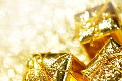 Χρυσά κιβώτια δώρων Στοκ Φωτογραφίες