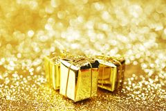Χρυσά κιβώτια δώρων Στοκ φωτογραφία με δικαίωμα ελεύθερης χρήσης