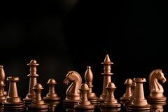 χρυσά κομμάτια σκακιού στο Μαύρο στιλπνό Στοκ εικόνες με δικαίωμα ελεύθερης χρήσης