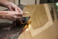 Χρυσά κομμάτια φύλλων στο γυαλί Στοκ φωτογραφία με δικαίωμα ελεύθερης χρήσης