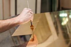 Χρυσά κομμάτια φύλλων στο γυαλί Στοκ Φωτογραφίες