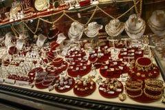 Χρυσά κοσμήματα στην προθήκη του καταστήματος σε Ponte Vecchio Στοκ Φωτογραφία