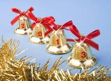 Χρυσά κουδούνια Χριστουγέννων και κόκκινη κορδέλλα Στοκ εικόνα με δικαίωμα ελεύθερης χρήσης