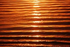 χρυσά κύματα ανατολής ακτώ Στοκ εικόνα με δικαίωμα ελεύθερης χρήσης