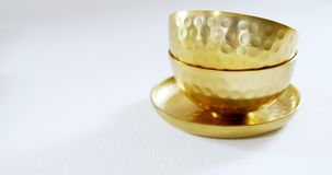 Χρυσά κύπελλα και πιάτο χάλυβα στο άσπρο υπόβαθρο 4k απόθεμα βίντεο