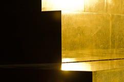 Χρυσά μαρμάρινα βήματα πυραμίδων στο άγνωστο αναμνηστικό μνημείο στρατιωτών στο ηλιοβασίλεμα, βουνό Avala κοντά σε Βελιγράδι Στοκ Φωτογραφίες