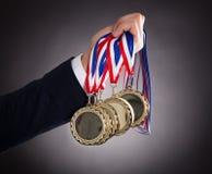 Χρυσά μετάλλια εκμετάλλευσης επιχειρηματιών στοκ φωτογραφίες