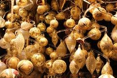 χρυσά μπιχλιμπίδια Χριστουγέννων Στοκ Εικόνα