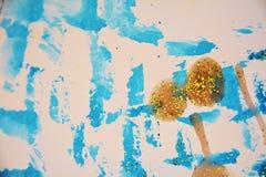 Χρυσά μπλε γκρίζα φωσφορίζοντα τυχαία κτυπήματα σπινθηρίσματος, κέρινο υπόβαθρο, δημιουργικό σχέδιο Στοκ Φωτογραφίες