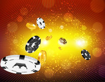 Χρυσά νομίσματα και νομίσματα χαρτοπαικτικών λεσχών που πετούν έξω Στοκ εικόνα με δικαίωμα ελεύθερης χρήσης