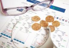 Χρυσά νομίσματα με eyeglasses και πιό magnifier Στοκ εικόνες με δικαίωμα ελεύθερης χρήσης