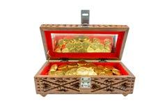 Χρυσά νομίσματα σε ένα στήθος Στοκ φωτογραφίες με δικαίωμα ελεύθερης χρήσης