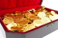 Χρυσά νομίσματα σε ένα στήθος Στοκ εικόνες με δικαίωμα ελεύθερης χρήσης