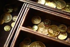 Χρυσά νομίσματα στην ξύλινη κασετίνα Στοκ Εικόνες