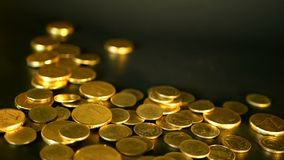 Χρυσά νομίσματα στο μαύρο υπόβαθρο Επιτυχία της επιχείρησης χρηματοδότησης, επένδυση, νομισματοποίηση των ιδεών, πλούτος, έννοια  απόθεμα βίντεο