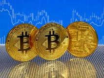 Χρυσά νομίσματα bitcoin στο μπλε αφηρημένο υπόβαθρο χρηματοδότησης Cryptocurrency Bitcoin Στοκ εικόνες με δικαίωμα ελεύθερης χρήσης