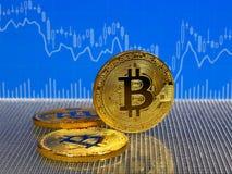 Χρυσά νομίσματα bitcoin στο μπλε αφηρημένο υπόβαθρο χρηματοδότησης Cryptocurrency Bitcoin Στοκ φωτογραφίες με δικαίωμα ελεύθερης χρήσης