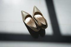 Χρυσά νυφικά παπούτσια μπλε garter λουλουδιών λεπτομερειών γάμος δαντελλών Στοκ φωτογραφία με δικαίωμα ελεύθερης χρήσης