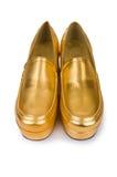 Χρυσά παπούτσια γυναικών που απομονώνονται στοκ φωτογραφίες