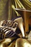 χρυσά παπούτσια κοσμήματ&omicro Στοκ Φωτογραφία