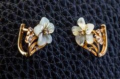 Χρυσά σκουλαρίκια Στοκ Φωτογραφίες