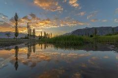 Χρυσά σύννεφα με την αντανάκλαση στοκ εικόνες
