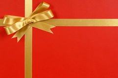 Χρυσά σύνορα πλαισίων κορδελλών τόξων δώρων, κόκκινο υπόβαθρο περικαλυμμάτων δώρων, διάστημα αντιγράφων Στοκ φωτογραφία με δικαίωμα ελεύθερης χρήσης