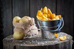 Χρυσά τηγανητά φιαγμένα από φρέσκια πατάτα στον κάδο μετάλλων Στοκ Εικόνες