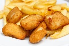 Χρυσά τηγανισμένα ψήγματα κοτόπουλου Στοκ Εικόνες