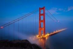 Χρυσά φω'τα πυλών & νύχτας στοκ φωτογραφία με δικαίωμα ελεύθερης χρήσης