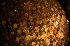 Χρυσά φύλλα αλουμινίου που κολλιούνται στην επιφάνεια Luuk Nimit γύρω από τις πέτρες για στοκ φωτογραφία