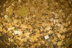 Χρυσά φύλλα αλουμινίου που κολλιούνται στην επιφάνεια Luuk Nimit γύρω από τις πέτρες για στοκ φωτογραφία με δικαίωμα ελεύθερης χρήσης
