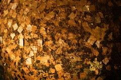 Χρυσά φύλλα αλουμινίου που κολλιούνται στην επιφάνεια Luuk Nimit γύρω από τις πέτρες για στοκ φωτογραφίες