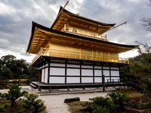 Χρυσά χειμερινά χρώματα ναών Kinkaku-kinkaku-ji περίπτερων στοκ φωτογραφία με δικαίωμα ελεύθερης χρήσης