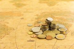 Χρυσά χρήματα νομισμάτων στο χάρτη Στοκ εικόνες με δικαίωμα ελεύθερης χρήσης