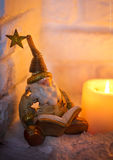 Χρυσά Χριστούγεννα leprechaun που διαβάζουν ένα βιβλίο από την εστία Στοκ εικόνα με δικαίωμα ελεύθερης χρήσης
