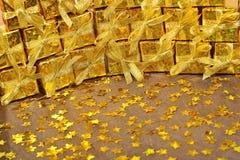 Χρυσά δώρα και χρυσά αστέρια Στοκ Εικόνες