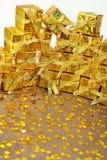 Χρυσά δώρα και χρυσά αστέρια Στοκ Φωτογραφίες