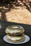 Χρυσά bagels στον πίνακα Στοκ φωτογραφία με δικαίωμα ελεύθερης χρήσης