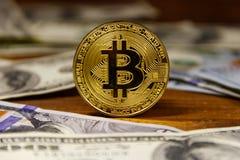 Χρυσά bitcoin και δολάρια στο ξύλινο υπόβαθρο Στοκ Εικόνες
