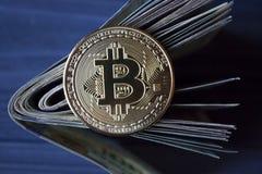 Χρυσά bitcoin και χρήματα Χρυσό νόμισμα του cryptocurrency Στοκ Εικόνα