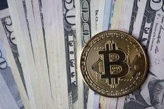Χρυσά bitcoin και χρήματα Χρυσό νόμισμα του cryptocurrency Στοκ Φωτογραφία