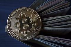Χρυσά bitcoin και χρήματα Χρυσό νόμισμα του cryptocurrency Στοκ Εικόνες