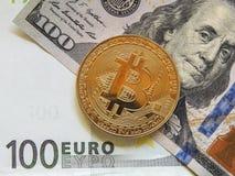 Χρυσά bitcoins με τα παραδοσιακά δολάρια και το ευρώ στοκ εικόνες